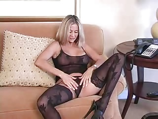 Bigtitted Cougar in Nylons is sexy