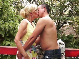 Chunky pink flaps old slut and her chap fucking outdoors